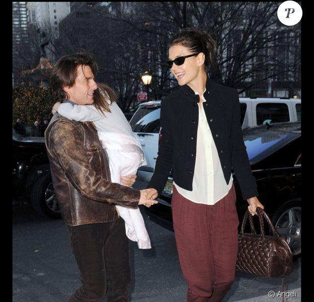 Tom Cruise et Katie Holmes arrivent à l'hôtel Plaza avec leur fille Suri, court vêtue par -4°C, lundi 20 décembre, à New York.