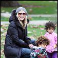 Heidi Klum, Seal et leurs enfants dans un parc de Beverly Hills le 26 décembre 2010 : Heidi s'amuse avec Lou et Henry