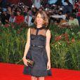 Quand Sofia tente la robe Louis Vuitton decolletée et transparente c'est avec succès à Venise, le 3 septembre 2010.