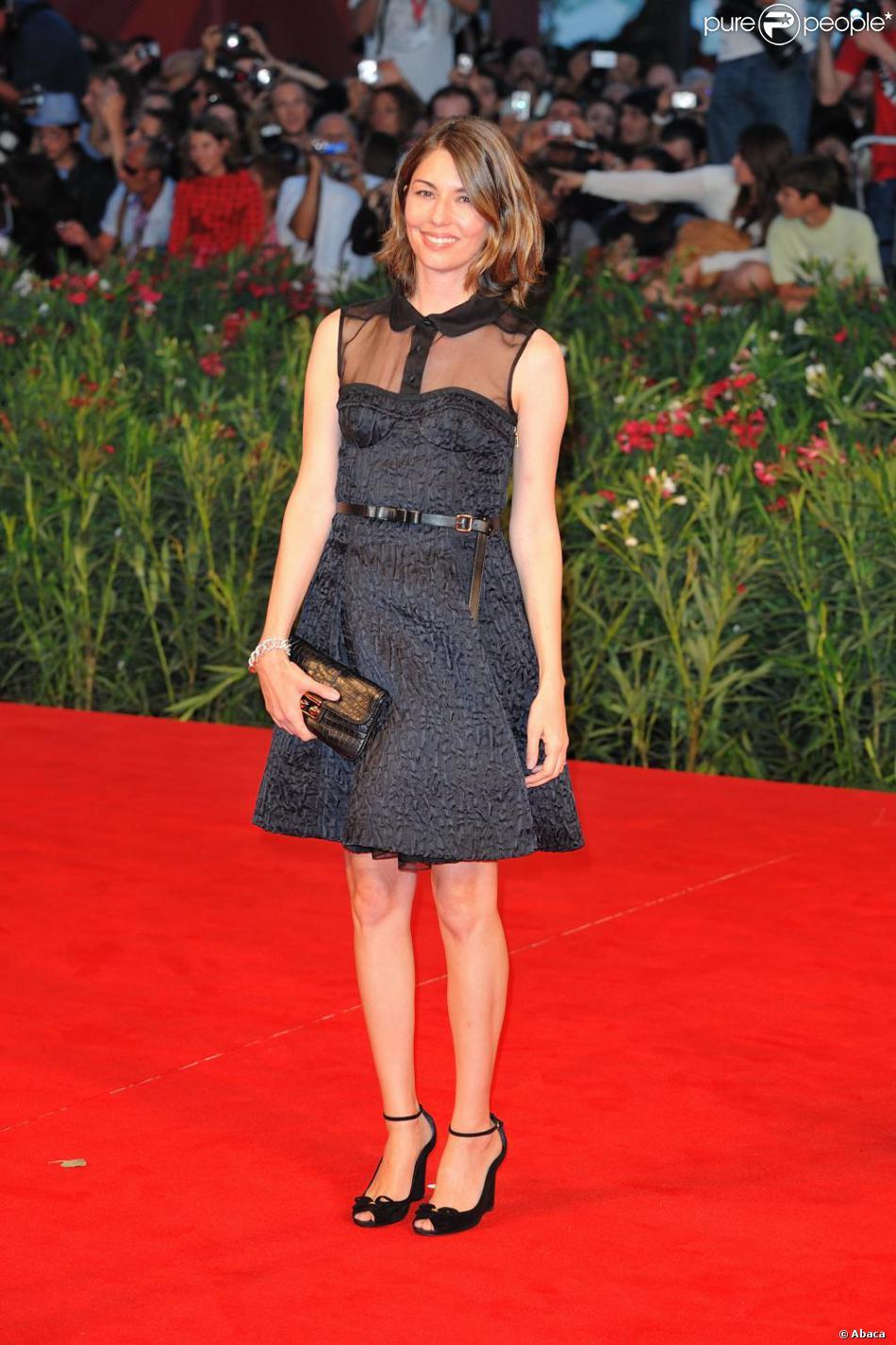 0193226d37b Quand Sofia tente la robe Louis Vuitton decolletée et transparente c est  avec succès à Venise