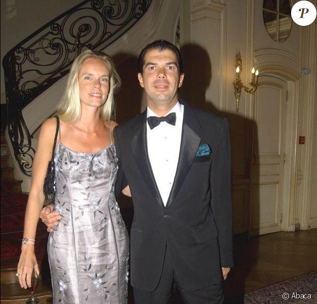 Avec son ami le comte Gil de Bezimont, le prince Charles-Emmanuel de Bourbon-Parme (photo : en 2004 avec sa femme) se lance dans le business juteux du préservatif, avec The Original Condom, une marque qui joue la carte du luxe !