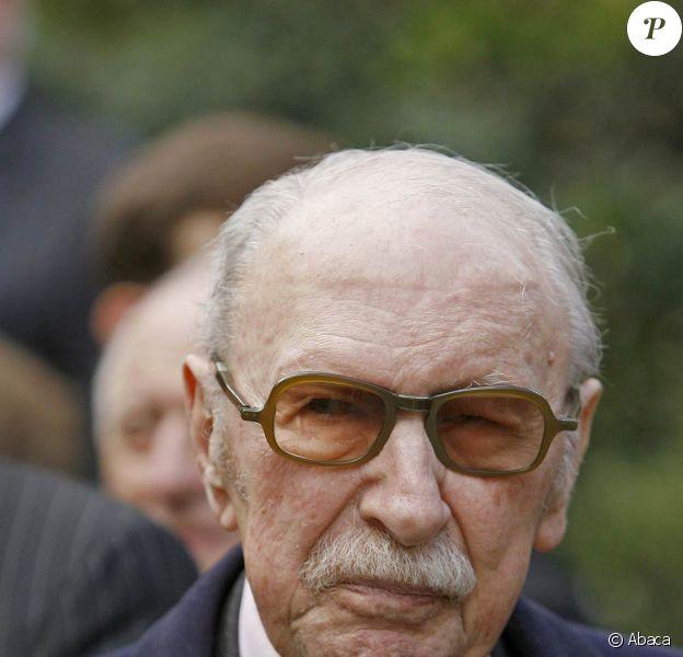 Jean Dutourd est mort à 91 ans, à Paris, le 17 janvier 2011.