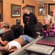 Astrid se fait tatouer dans Les Anges de la télé-réalité