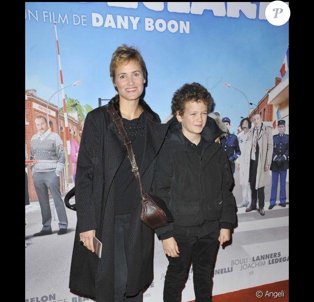 Judith Godrèche et son fils Noé lors de l'avant-première de Rien à déclarer au cinéma Pathé d'Ivry-sur-Seine le 24 janvier 2011