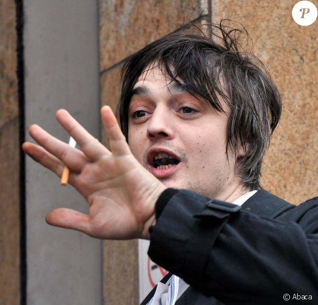 Pete Doherty à la sortie du tribunal, à Londres, le 2 février 2011