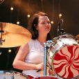 Meg White du groupe The White Stripes en concert au festival Rock en Seine de Paris en août 2004