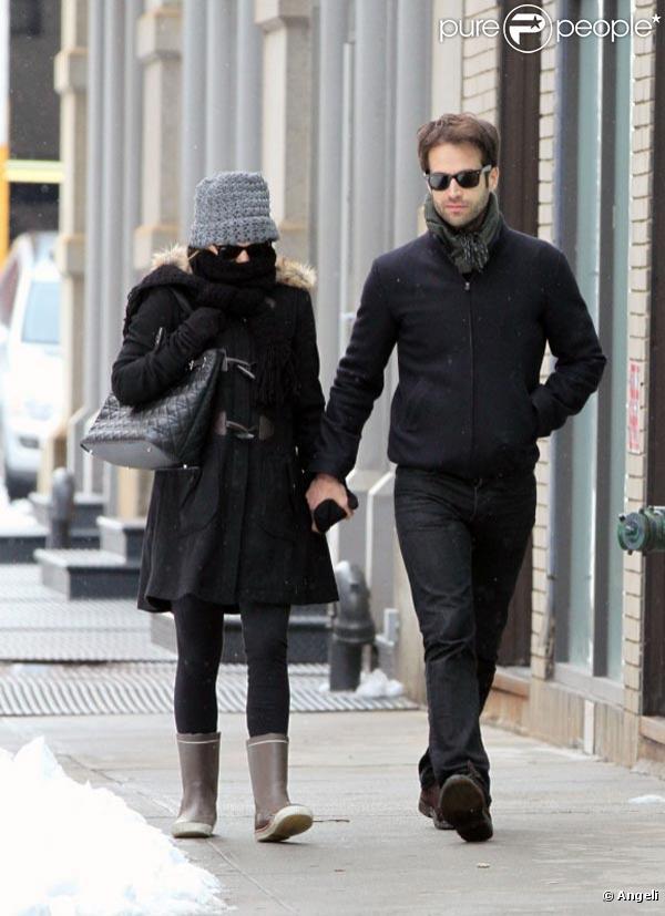 Natalie Portman et Benjamin Millepied se promènent dans un New York enneigé, en février 2011.