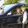 Miley Cyrus se promène à Beverly ills, samedi 5 février, une boisson glacée de chez Starbucks à la main, et affichent une silhouette plutôt ronde, ces derniers jours.