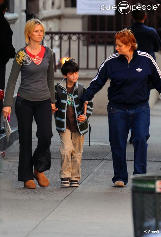 Cynthia Nixon en octobre 2010 avec son fils Charles et sa compagne Christine Marinoni