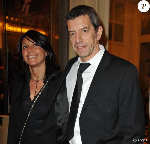 Michel Cymes en charmante compagnie lors du Gala de l'Enfance Majuscule à Paris le 8 février 2011