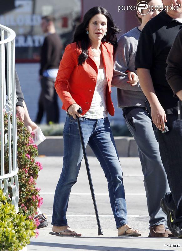 Courteney Cox, sur le tournage de la série Cougar Town, arbore une canne à cause d'une légère opération du genou, mais assure ! 10/02/2011