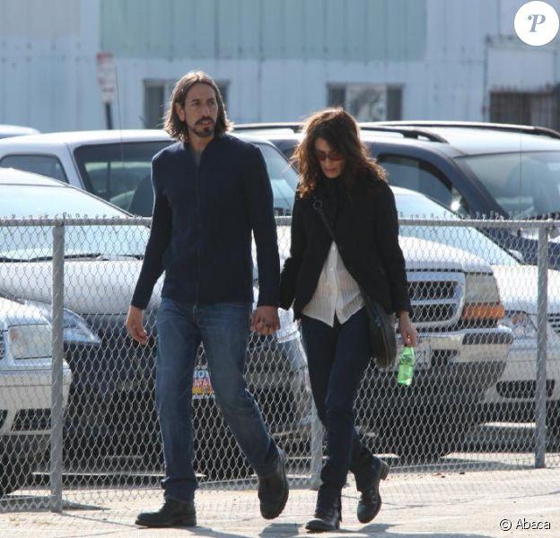 Lisa Edelstein et son boyfriend Robert Russell dans les rues de Los Angeles. Février 2011