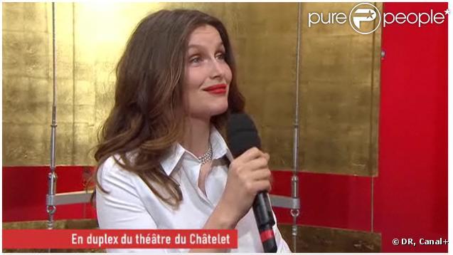 Laetitia Casta au micro de Canal+, sur le tapis rouge de la 36e nuit des César, vendredi 25 février.