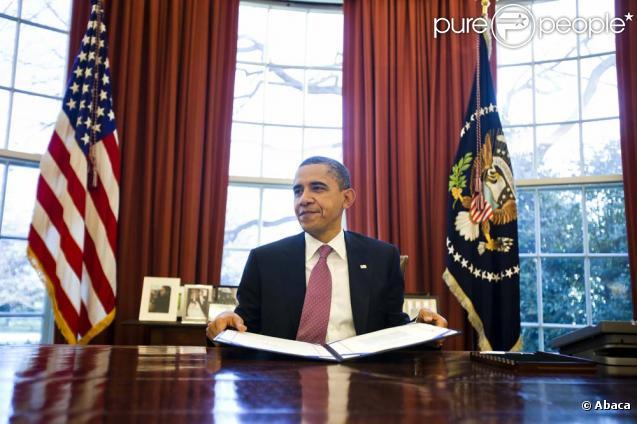 barack obama dans le c l bre bureau ovale de la maison blanche le 2 mars 2011. Black Bedroom Furniture Sets. Home Design Ideas