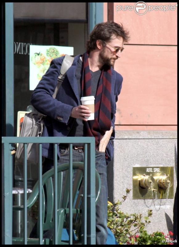 Noah Wyle se balade à Beverly Hills (3 mars 2011)