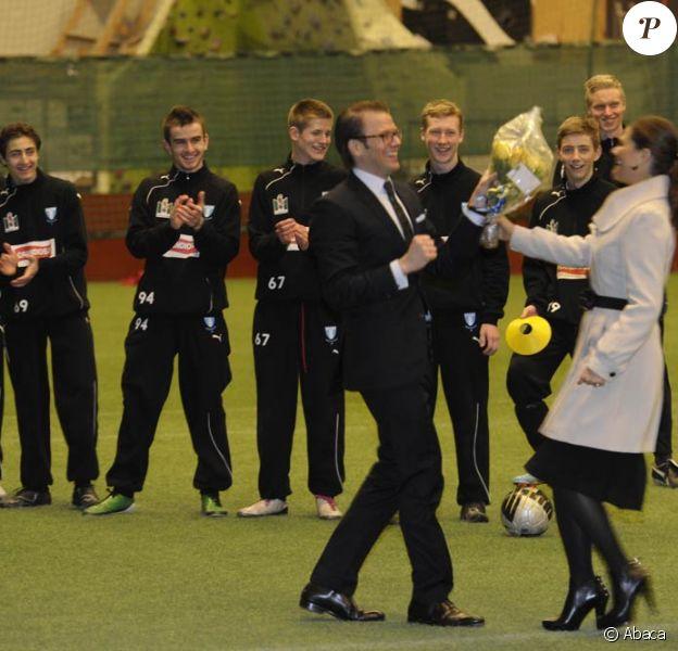 La princesse Victoria et le prince Daniel de Suède en visite à Malmö le 10 mars 2011. Le prince Daniel a laissé parler ses muscles : peu importe l'habit, pour le prof de gym !