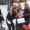 Elle Macpherson dépose son fils Aurelius à l'école à Londres le 11 mars 2011