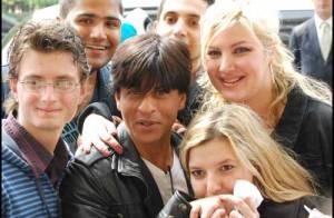 PHOTOS : la star du cinéma indien Shah Rukh accueillie à Paris par une foule en délire