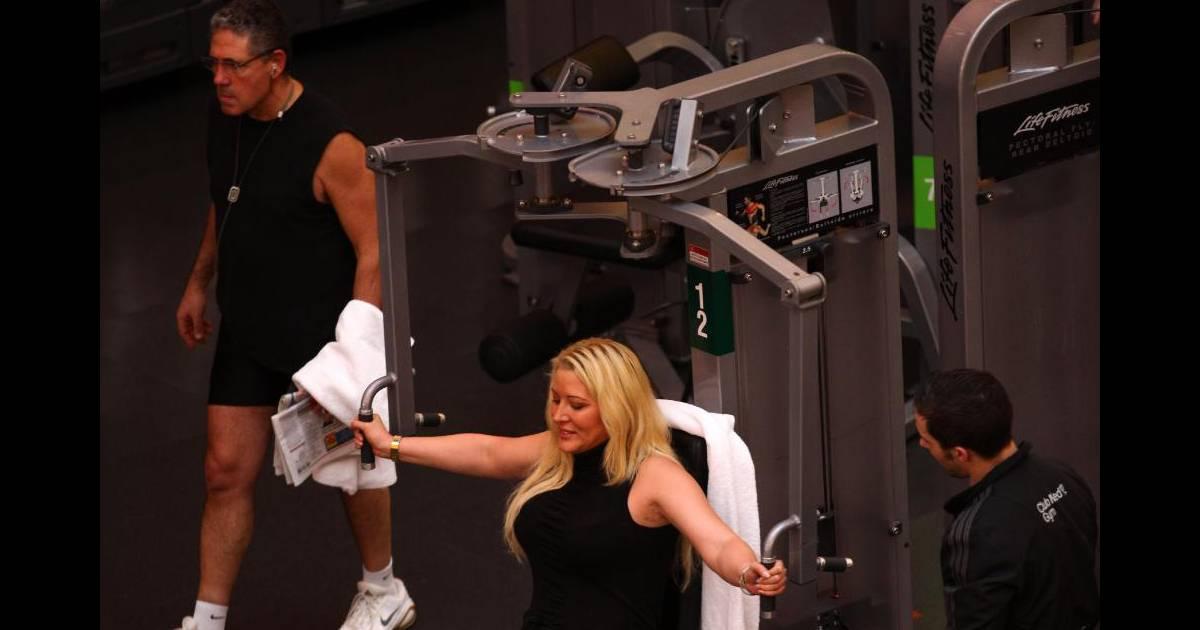 loana fait de la gym afin de se battre contre ses kilos en mars 2011 au club med gym paris. Black Bedroom Furniture Sets. Home Design Ideas