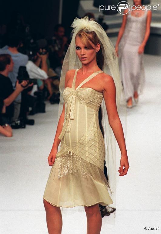 Mariage de kate moss trois possibilit s pour la robe de for Robe de mariage de kate moss tomber