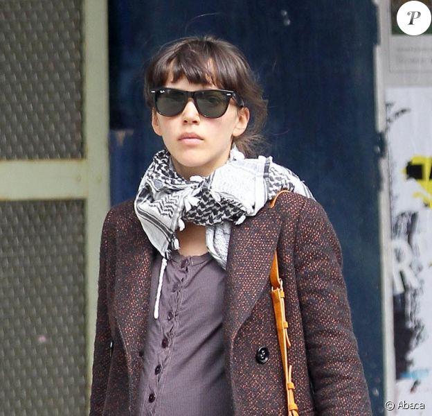 Zoe Buckman, la femme de David Schwimmer, enceinte de leur premier enfant, en train de se balader dans les rues de New York, le 5 avril 2011.