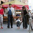 Suri et ses parents se baladent dans les rues de Berlin où Tom Cruise tourne Valkyrie. La fillette est déjà très fashion. Berlin, 5 août 2007