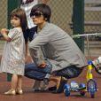 Avec ses chaussures dorées, Suri Cruise, 2 ans, ne passe pas inaperçue au parc. Surtout avec une maman célèbre ! New York, 5 août 2008