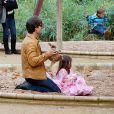 Tom Cruise, en promotion en Espagne pour son film avec Cameron Diaz, et Katie Holmes passent une après-midi dans un parc avec leur petite fille. Suri porte une robe style flamenco rose... Pas du tout adaptée pour le bac à sable ! Séville, 6 décembre 2009