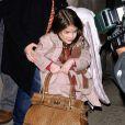Dans un mois, Suri aura cinq ans... Et elle se prend déjà pour une grande en portant le sac de maman !   New York, 16 mars 2011