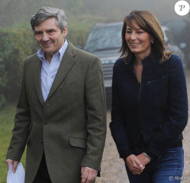 Michael et Carole Middleton (photo : le 16 novembre 2010, jour des fiançailles de William et Kate, à leur domicile du Berkshire), les parents de Catherine Middleton, ont rencontré pour la première fois la reine Elizabeth II le 20 avril, reçus à déjeuner en privé à Windsor.