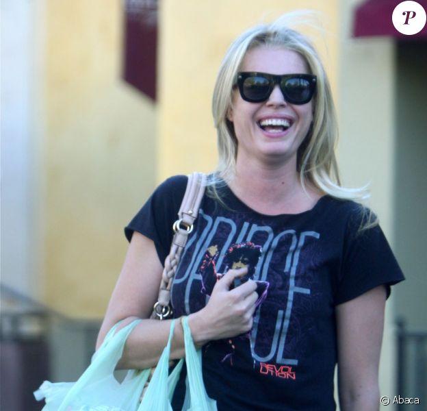 Rebecca Romijn fait des courses à Woodland Hills en Californie le 1er avril 2011