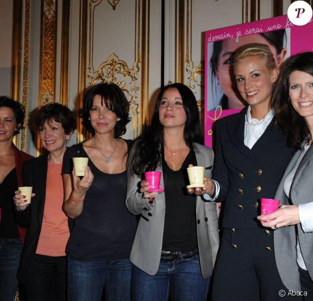 Les marraines de La flamme Marie-Claire, Nathalie Renoux, Catherine Laborde, Anne-Gaelle Riccio, Elodie Gossuin et Magalie Lunel entourent Tina Kieffer. Paris, 2 mai 2011