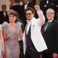 Johnny Depp lors de la projection de Pirates des Caraïbes, La Fontaine de Jouvence, le samedi 14 mai 2011. L'acteur s'est coupé les cheveux et arbore un costume élégant noir et blanc !