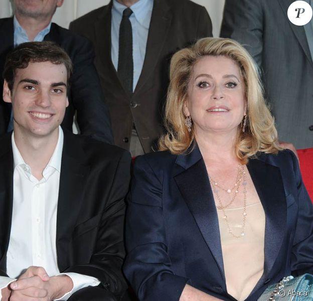Valentin Montand et Catherine Deneuve à l'occasion de la présentation du Sauvage, dans le cadre de Cannes Classics, lors du 64e Festival de Cannes, le 16 mai 2011.