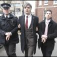 Pete Doherty entre deux policiers !