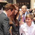 Victoria Beckham, avec son fils Brooklyn, lors de l'hommage sur le Walk of Fame à Hollywood de Simon Fuller le 23 mai 2011
