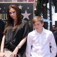 Victoria Beckham, enceinte et ravissante, lors de l'hommage sur le Walk of Fame à Hollywood de Simon Fuller le 23 mai 2011, avec son fils aîné Brooklyn