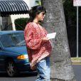 L'actrice Selma Blair, très enceinte, poste son courrier à Los Angeles, le 25 mai 2011.
