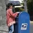 L'actrice Selma Blair poste son courrier à Los Angeles, le 25 mai 2011.