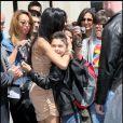 Ce jeune garçon fait de nombreux envieux ! Nicole Scherzinger salue comme il se doit ses fans devant son hôtel à Paris, le 31 mai 2011