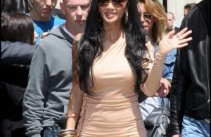 Nicole Scherzinger, mal fagotée, fait de gros câlins à ses fans parisiens !