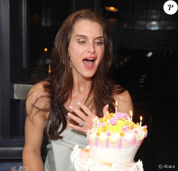Brooke Shields souffle ses 46 bougies dans un restaurant de New York, le 31 mai 2011.