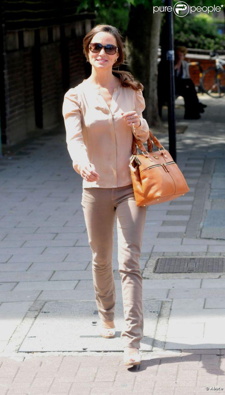 Toujours souriante, Pippa Middleton affiche son bon goût pour la mode. Londres, 1er juin 2011