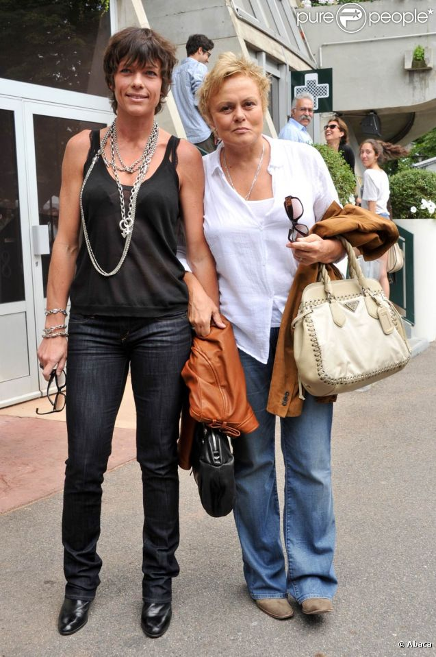 Anne Le Nen et sa compagne Muriel Robin lors de la finale du tournoi de Roland-Garros, remportée par Rafael Nadal, le 5 juin 2011.