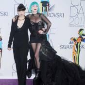 Lady Gaga : Elue Icône fashion de l'année devant sa très sobre petite soeur !