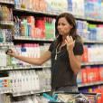 D'habitude collée à son fils Henry, Minnie Driver qui commet un fashion faux-pas fait ses courses seule dans un supermarché à Los Angeles, le 7 juin 2011