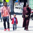 Usher se promène avec son fils Naviyd Ely, deux ans et demi, à Los Angeles, mercredi 1er juin 2011.