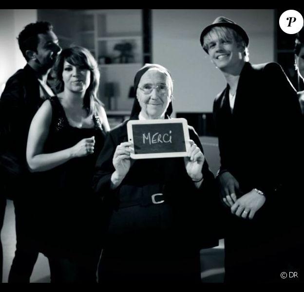 Thomas, Emilie, Benjamin, Kenza, Soeur Marguerite, Bastien, Cindy Sander et Benoît, sur le tournage du clip Love is Love.