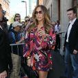 Jennifer Lopez dévoile encore une fois ses jambes athlétiques dans une mini robe qu'elle assortit à des cuissardes... Est-ce vraiment la saison ? Londres, 13 juin 2011