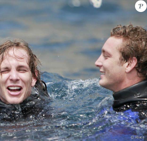 Pierre et Andrea Casiraghi batifolent dans l'eau lors de l'Opération Poséidon, le 27 mai 2011, à Monaco. Le prince Albert est de la partie !